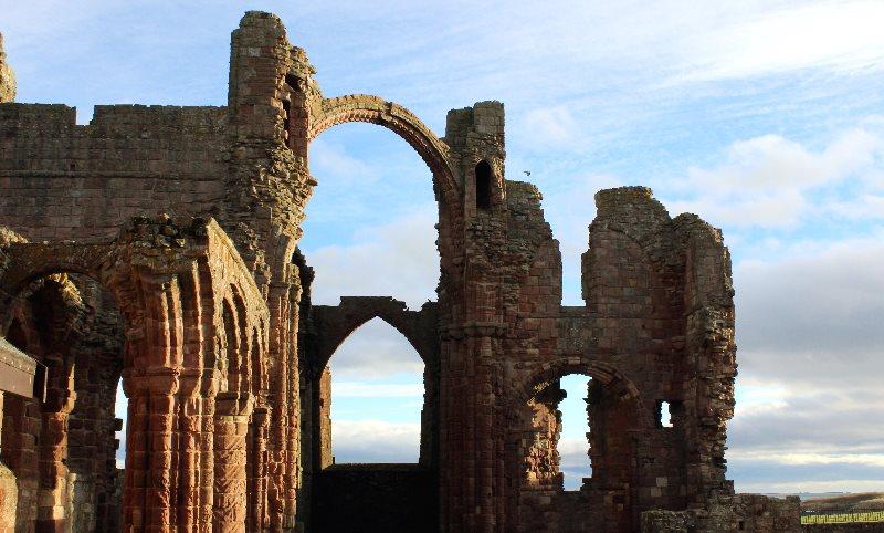 Dzisiejszy widok ruin klasztoru na wyspie Lindisfarne